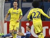 GÓL KAPITÁNA. John Terry (třetí zprava), kapitán londýnské Chelsea, oslavuje svoji branku hlavou ze 2. minuty zápasu proti Schalke 04.