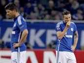 SMUTEK. Fotbalisté Schalke 04 Marco Hoeger (vpravo) a Klaas-Jan Huntelaar jsou nešťastní z vlastního gólu v zápase proti Chelsea.