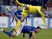 LETECKÝ DEN. Eden Hazard (ve žlutém), záložník Chelsea, bojuje o míč s Marco Hoegerem ze Schalke 04.