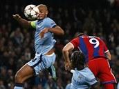 GÓLOVÁ HLAVIČKA. Robert Lewandowski (s číslem 9), útočník Bayernu Mnichov, se protlačil mezi dva hráče Manchesteru City a hlavou poslal míč do brány.