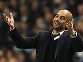 TO MYSLÍTE VÁŽNĚ? Trenér fotbalistů Barcelony Pep Guardiola se diví během zápasu Ligy mistrů proti Manchesteru City.