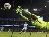 NEDOSÁHNU! Brankář Manuel Neuer sice vystihl směr střely, ale míč chytit nedokázal. Útočník Manchesteru City Sergio Agüero tak vstřelil svůj první ze tří gólů.