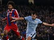 GÓLOVÁ STŘELA. Segio Agüero (vpravo) se prohnal obranou Bayernu Mnichov a vstřelil svůj druhý gól v zápase. Obránce Dante jen bezradně přihlížel.