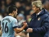 DOBRÁ PRÁCE, HOCHU. Trenér Manchesteru City Manuel Pellegrini (vpravo) chválí...