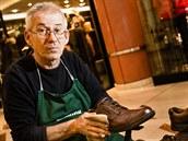 Michal Grivalský od revoluce profesionáln� �istí a o�et�uje boty s pojízdným...
