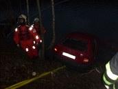 Vozidlo hasiči vylovili s pomocí potápečů až po setmění.