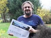 Podnikatel Ji�í Fran�k s kalendá�em o Haklových Dvorech, který vyrobil. O...