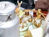 Mezi darovanými a zapůjčenými předměty byly i flakony na parfémy nebo hliníková bandaska. (22. listopadu 2014)