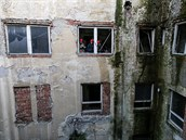 Z omítky mnoho nezůstalo, zdi jsou silně zamokřené. (25. listopadu 2014)