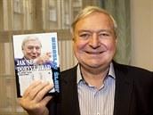 Miroslav �louf se svou novou knihou Jak se dobývá Hrad.