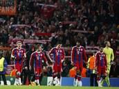 Fotbalisté Bayernu Mnichov opou�t�jí trávník po porá�ce na Manchesteru City.