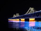 �ínské a severokorejské b�ehy spojuje v p�ístavním m�st� Tan-tung dosluhující...