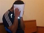 Mu�e obvin�ného z útoku no�em poslal soud do vazby. Na chodb� p�ed jednací síní...