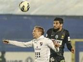 Ostravský Vojt�ch �t�pán (vlevo) v hlavi�kovém souboji s Josém Antoniem Romerou.