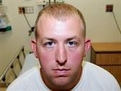 Prokuratura zve�ejnila fotografii policisty Darrena Wilsona, který zast�elil...