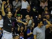 D��ín�tí basketbalisté slaví na lavi�ce úsp�nou st�elu svých spoluhrá��.