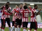 Fotbalisté PSV Eindhoven oslavují remízu v Estorilu a s ní i postup do dal�í...