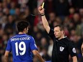 TUM��. Rozhod�� Kevin Friend (vpravo) ud�luje �lutou kartu Diegovi Costovi z Chelsea.