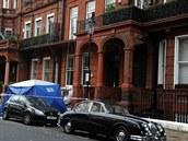 P�i z�ícení �ásti balkonu v luxusní �ásti �tvrti Knightsbridge v západní �ásti...