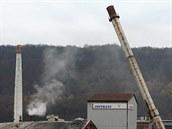 V areálu TONASO Neštěmice byl odstřelen jeden z již nevyužívaných komínů (29. 11. 2014).