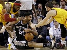 LeBron James (vlevo) a Kevin Love se sápou na Tima Duncana.