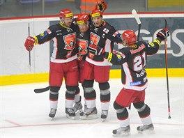 Zleva hradecký obránce Peter Frühauf a útočníci Tomáš Mertl, Jiří Šimánek a Jaroslav Kudrna se radují z gólu.