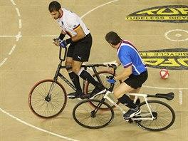 Mistrovství světa v halové cyklistice. Souboj v kolové mezi českým týmem (modrá)  a Belgií.