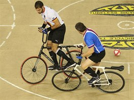 Mistrovstv� sv�ta v halov� cyklistice. Souboj v kolov� mezi �esk�m t�mem (modr�)  a Belgi�.