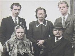 Rodina Kůrková v padesátých letech, nahoře - sourozenci Adolf, Marie a Alfons, dole rodiče František a Josefa.