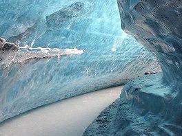 Jedna z mnoha ledovcových jeskyní pod Matanuska Glacier
