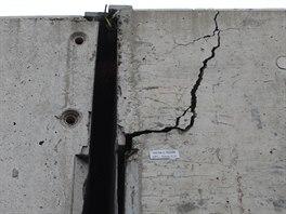 Prasklina na jednom z mostů dálničního přivaděče v Ostravě-Přívozu. (28. listopadu 2014)