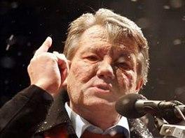 Opoziční vůdce Viktor Juščenko hovoří k davu svých příznivců v centru Kyjeva (24. listopadu 2004).