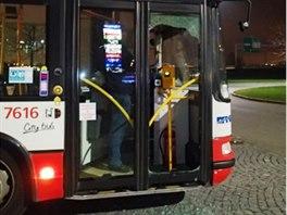 Silně opilý pasažér rozbil u nákupního centra Olympia nákupním vozíkem skleněnou výplň předních dveří.