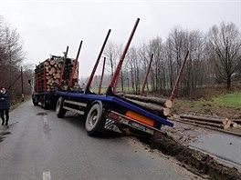 Řidič polského kamionu, který v Bukovci vysypal na cyklostezku část nákladu kulatiny, dostal dva tisíce pokutu.