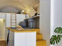 Vestavné patro tvoří pevná kovová konstrukce a mořené smrkové palubky. Jeho vnější úložné prostory jsou vytvořeny z kuchyňských skříněk (IKEA).