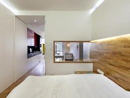 Intimní nepřímé osvětlení je v bytě řešeno skrytými LED pásky za sádrokartonovou předstěnou nebo je osazeno při horní hraně nábytkových stěn.