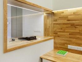 Odložit knížku či sklenici s vodou lze na noční stolky s praktickou zásuvkou. Dubová spárovka přechází z plochy stolků i na stěnu v čele postele, o kterou se lze bez obav pohodlně opřít.