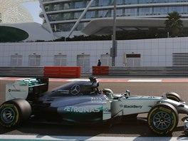 Lewis Hamilton v tréninkové jízdě před Velkou cenou Abú Zabí formule 1.