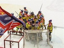 Hokejisté Českých budějovic se radují z vítězství nad Jihlavou.
