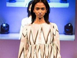Volné šaty s kapsami z kolekce Ariel britského návrháře Gilese Deacona s geometrickým potiskem z bavlněného popelínu. Modely z této kolekce mají zaujmou na první pohled svými originálními vzory a kontrastními barvami.