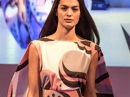 Pouzdrové šaty z kolekce Ariel britského návrháře Gilese Deacona se vzorem inspirovaným Indií a Pakistánem. Na šaty navazuje drapérie z bavlněného popelínu, který lze prát v pračce na 40 stupňů.