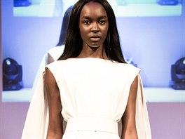 Šaty z kolekce Downy navrhl Giles Deacon z bílého bavlněného popelínu. Jednoduchý model s dramatickým prvkem v podobě drapérie zaujme svou čistou siluetou.