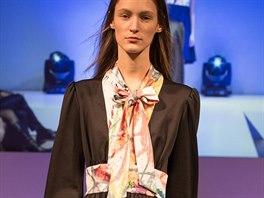 """Německá modelka Franzi Mullerová předvedla v Berlín šaty z exkluzivní kolekce """"Dress for Yes"""" navržené britským návrhářem Gilesem Deacon. Kontrastním prvkem černých šatů je široký pas a vsadka s mašlí u krku."""