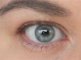 Nenalíčené oko