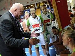 Jan Bobrovský hovoří během time-outu k basketbalistkám IMOS Brno.