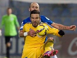 Jihlavský útočník Haris Harba (čelem) si chrání míč před dotírajícím Milošem Karišikem z Liberce.
