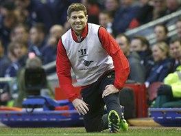 Steven Gerrard z Liverpoolu se protahuje.