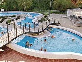 Voda ve venkovních bazénech má teplotu 26 až 40 °C.