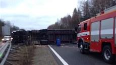 Dálnici blokuje p�evr�ený kamion