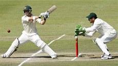 Australský kriketový reprezentant Phillip Hughes (vlevo) odpaluje v utkání